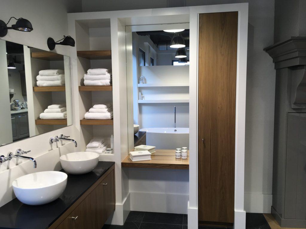 https://jacobinterior.com/wp-content/uploads/femto_gallery/1457-showroom-badkamer-model-londen/Showroom-badkamer-notenhouten-kast-1024x768.jpg