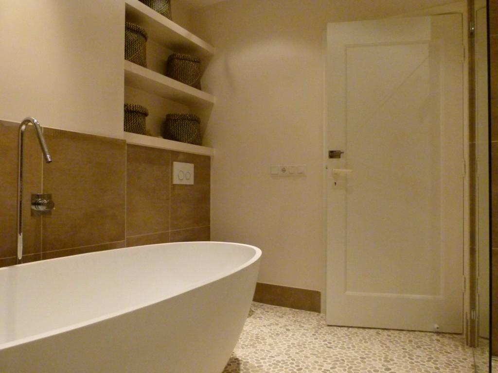 Gestucte badkamer met wandschappen