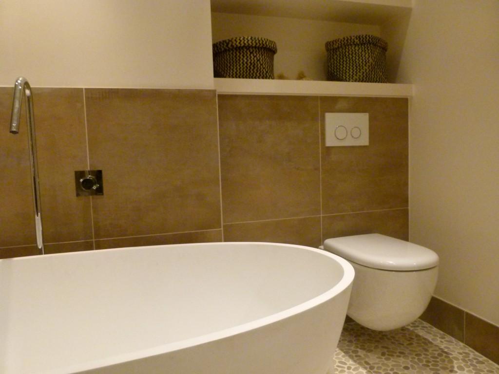 Toilet strak wit voorzien van wandschappen mdf